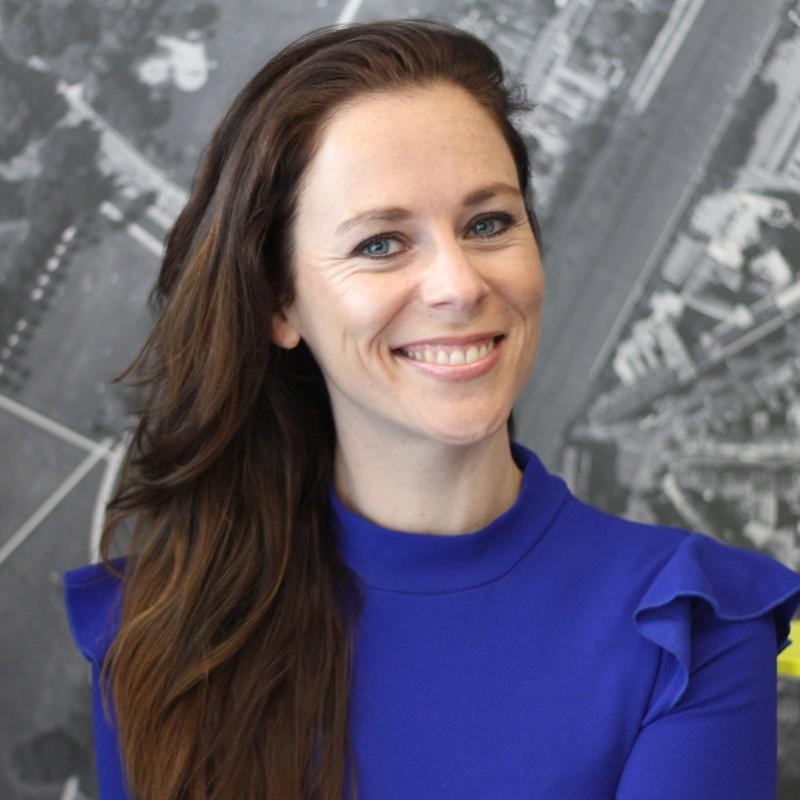 """""""Positiv, professionell und voller Power"""" – für diese Persönlichkeit ist Chérine De Bruijn in ihrem Netzwerk bekannt und geschätzt. Die Gründerin von CORPORATE KITCHEN® blickt auf mehr als 14 Jahre Erfahrung im Bereich der Kommunikations- und Netzwerkarbeit zurück."""