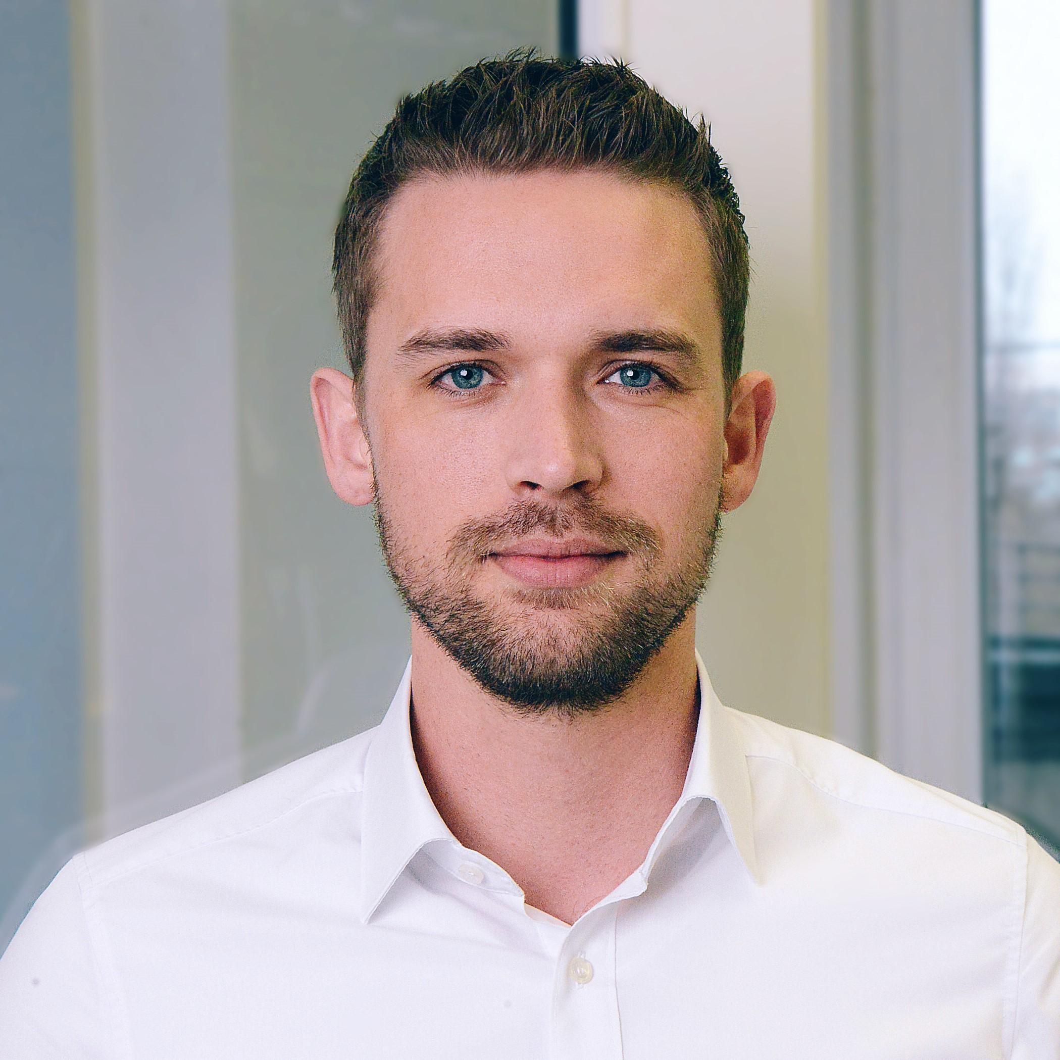 Heute ist Michél leidenschaftlicher Unternehmer und Visionär. Seit mehr als 10 Jahren beschäftigt er sich mit der Entwicklung von Geschäftsmodellen. Vor 5 Jahren hat er dabei den Fokus auf die Bauwirtschaft in Deutschland gelegt und gründete 2017 das Berliner Tech-Start-Up ROOBEO GmbH.